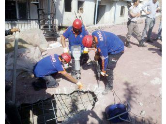 Kanalizasyona Düşen İneği Afad Ekipleri Kurtardı