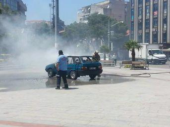 İlçe Meydanına Park Edilen Araç Alev Alev Yandı