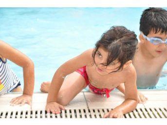 Ölümden Döndüğü Havuza Yeniden Girdi