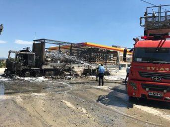 Tır'da Çıkan Yangın Akaryakıt Istasyonuna Sıçramadan Söndürüldü