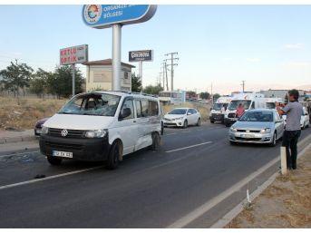 Minibüs İle Kamyonet Çarpıştı: 5 Yaralı