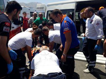 Minibüs İle Otomobil Çarpıştı: 12 Yaralı