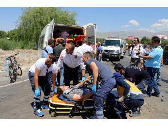 Yolcu Minibüsü Otomobil Ile Çarpıştı: 17 Yaralı