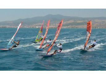 Rüzgar Sörfünün Dikili Etabında Zafer Erdil Ve Morgan'ın