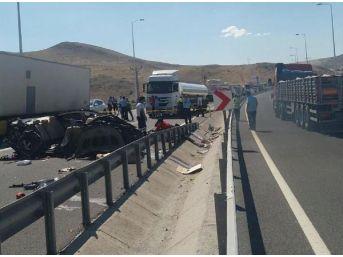 Kayseri'de Otomobil Duran Tır'a Arkadan Çarptı; 4 Üniversiteli Öldü, 2 Yaralı