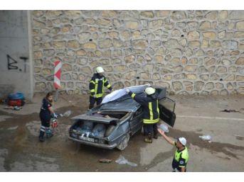 Salihli'de Otomobil Köprülü Kavşaktan Uçtu: 1 Ölü, 1 Yaralı