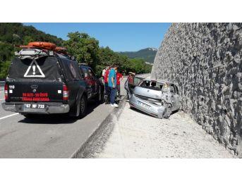 Araç İçerisinde Sıkıştılar: 4 Yaralı