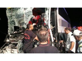 Yolcu Otobüsü, Tır'a Çarptı: 1 Ölü, 25 Yaralı