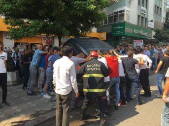 Cipi Kaldırıp Aracın Altında Kalan Yaralı Kadını Çıkardılar