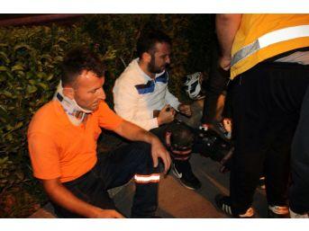Motosiklet Çöp Kamyonundaki İşçiye Çarptı: 2 Yaralı