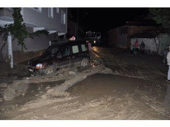 Akşam Saatlerinde Etkili Olan Yağış Su Baskınlarına Neden Oldu