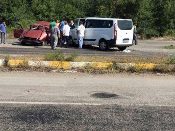 Minibüs İle Otomobil Kafa Kafaya Çarpıştı: 2 Yaralı