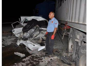 Kavşakta Tır'a Çarpan Otomobilin Sürücüsü Ile Eşi Öldü