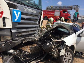 Kontrolden Çıkan Otomobil Duran Tıra Çarptı: 4 Yaralı