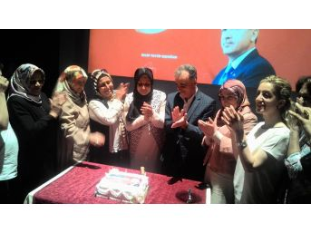 Kadınlar, Ak Parti'nin 16'ncı Yıldönümü Kutladı
