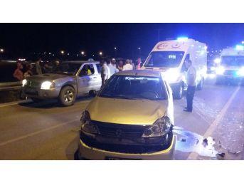 Karaman'da Kamyonet İle Otomobil Çarptı