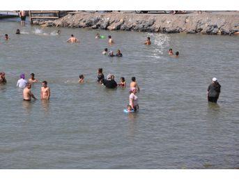 Sıcaktan Bunalan Kadın, Çocuk, Erkek Elbiseleriyle Göle Atladı