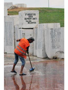 Deprem Anıtındaki Kirliliğe Başkan Isyan Etti