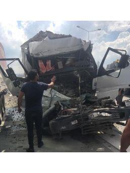 Önündeki Tır'a Çarpan Kamyonun Şoförü Öldü