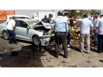Diyarbakır'da Iki Otomobil Çarpıştı: 3 Ölü, 1 Yaralı