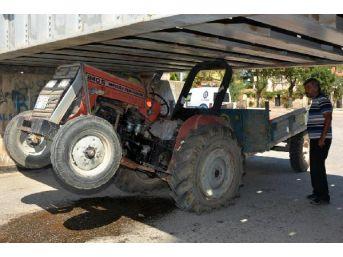 Traktör Köprünün Altına Sıkıştı