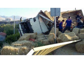Saman Yüklü Kamyon Devrildi: 1 Ölü, 2 Yaralı