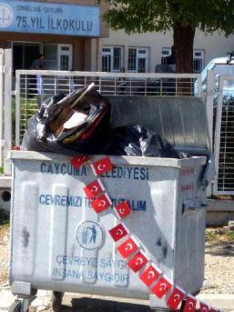 Okul Önünde Çöpe Atılan Türk Bayrakları Tepki Çekti
