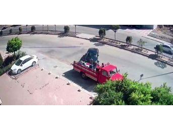 Kamyonet Kasasından Alışveriş Yapanlara Otomobil Çarptı