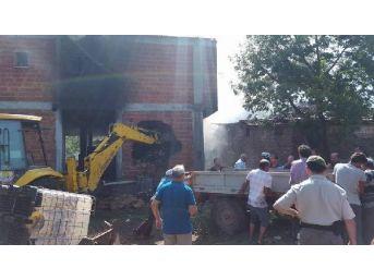 İtfaiye Ekipleri Yangını Söndürmek Için Duvarı Deldi