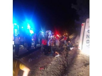 Yolcu Minibüsü Şarampole Devrildi: 7 Yaralı