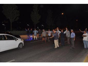 Ankara'da Durak Isteyen Vatandaşlar, Protokol Yolunu Kapattı