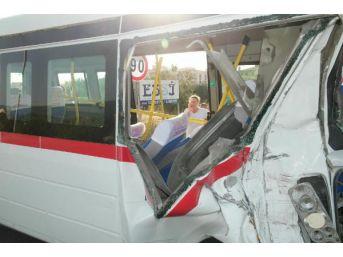 Edremit'te Iki Minibüs Çarpıştı: 41 Yaralı