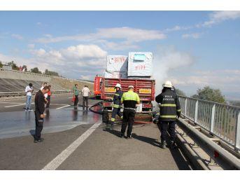 Tırda Çıkan Yangın Otoyolda Trafiği Durdurdu
