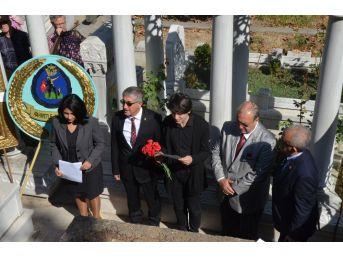 Zeki Müren Ölümünün 21. Yılında Mezarı Başında Şarkılarla Anıldı