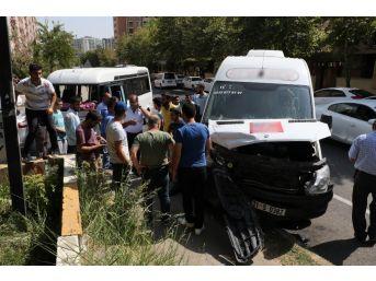 Okul Servisi İle Yolcu Minibüsü Çarpıştı: 3'ü Öğrenci 7 Yaralı