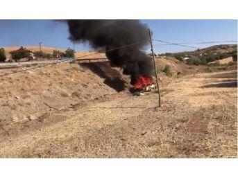 Elazığ'da Şarampole Yuvarlanan Araç Yandı