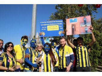 Fenerbahçeli Taraftarlar Yüzlerini Boyayarak Van'daki Bir Okula Gelir Topluyor