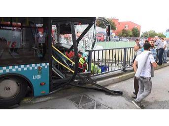 Gaziosmanpaşa'da Özel Halk Otobüsü Bariyerlere Çarptı: 4 Yaralı