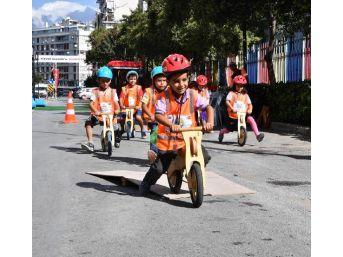 Otomobilsiz Günde Bulvar Yayaların Ve Bisikletlilerin Oldu