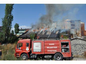 Kars'ta Metruk Bina Alev Alev Yandı
