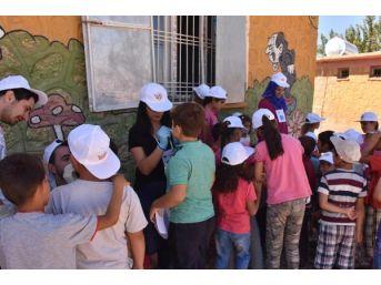 'umuda Iz Bırak' Projesi Ile Köy Okulunu Boyadılar