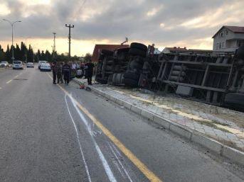Elektrik Direğine Çarpıp Devrilen Tır'ın Şoförü Yaralandı