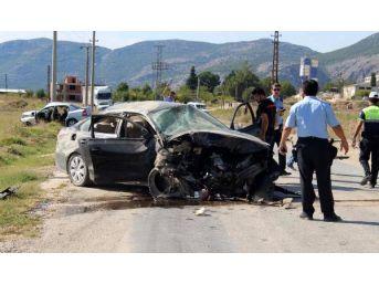 Bucak'ta Iki Otomobil Çarpıştı: 1 Ölü, 2 Yaralı...