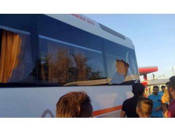 Takım Otobüsüne Taşlı Saldırıda 5 Futbolcu Yaralandı...