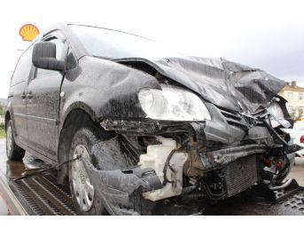 Kaygan Yolda Duramayıp Işıklarda Bekleyen Arabaya Çarptı