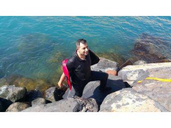 İntihar Etmek İçin Van Gölü'ne Atlayan Genci Polis Kurtardı