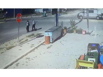 Minibüsle Çarpışan Kamyonet Yayaları Altına Aldı: 5 Yaralı