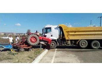 Kamyonla Çarpışan Traktörün Sürücüsü Yaralandı