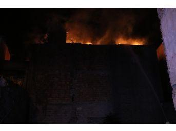 İki Katlı Binanın Çatı Katı Alevlere Teslim Oldu