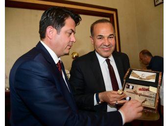 Muhtarlar Adana'nın Mührünü Sözlü'ye Teslim Etti